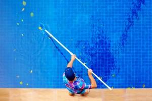 limpiar una piscina en verano